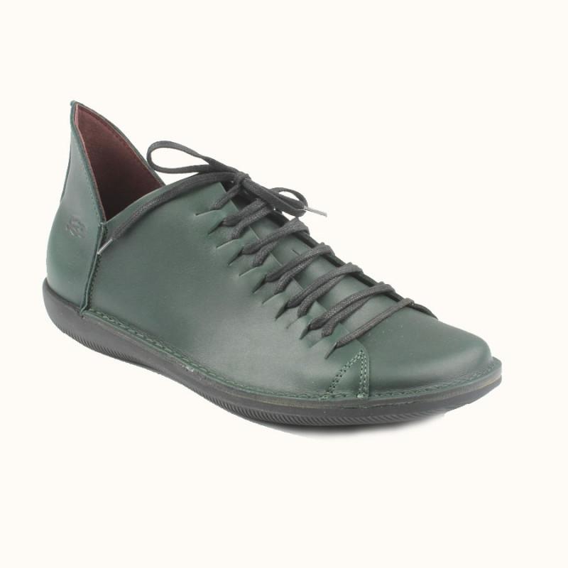 Cette chaussure à lacet en cuir pleine fleur de couleur vert pin est fabriqué en Europe