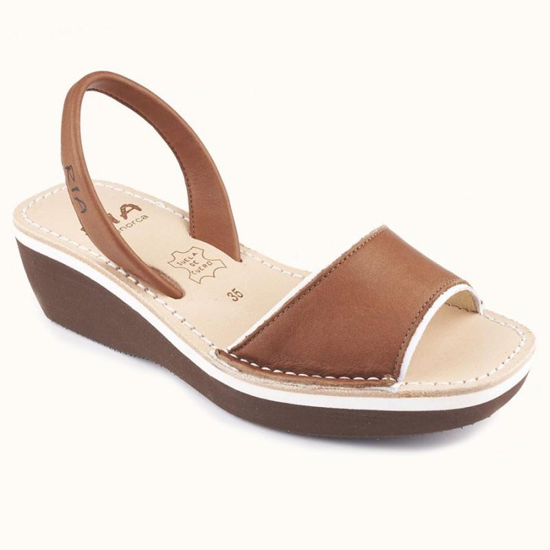 chaussure nu pied couleur camel en cuir facile pour le voyage.