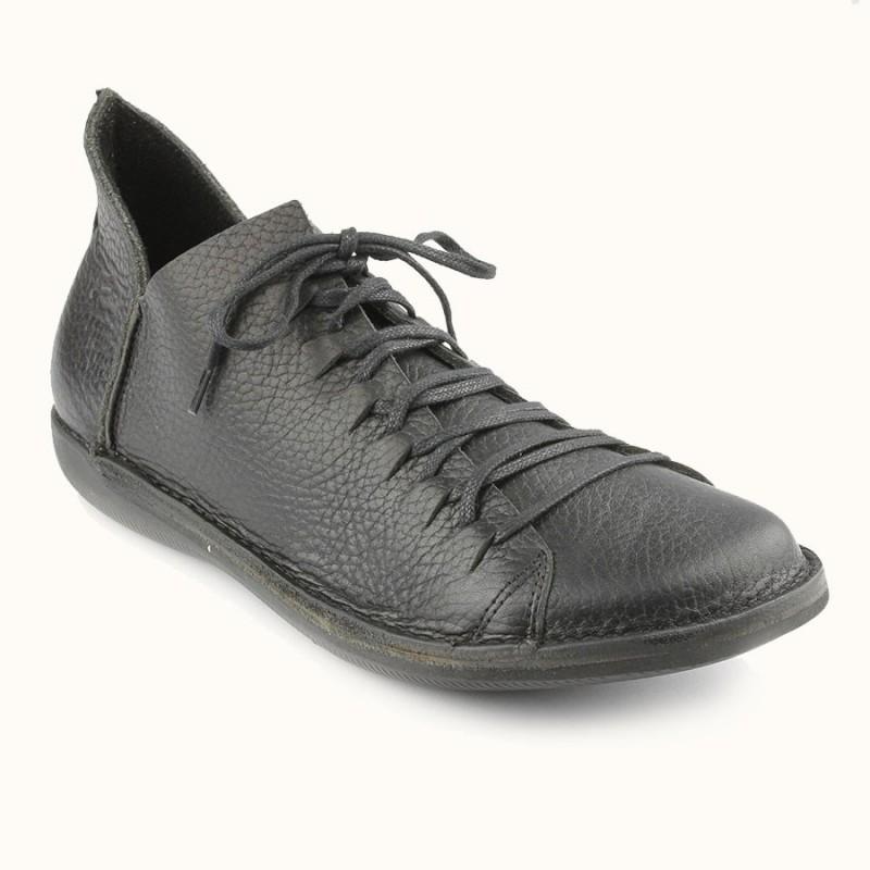 Cette chaussure à lacet en cuir pleine fleur de couleur noire est fabriqué en Europe