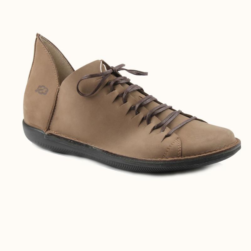Cette chaussure à lacet en cuir pleine fleur de couleur taupe est fabriqué en Europe